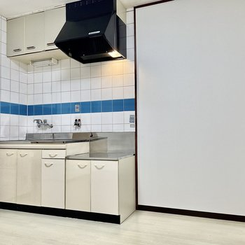 【DK】キッチン右側は冷蔵庫や食器棚も横並びに置けそうですね。