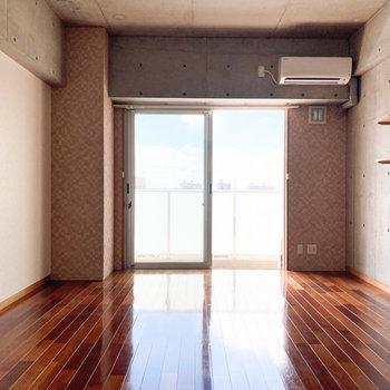 約12.7帖の洋室。ダークトーンな木床が素敵!