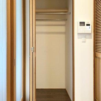 手前の収納はハンガーポールのあるタイプ。お洋服を綺麗に整頓できそうです。