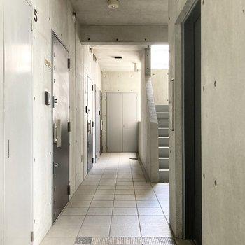 入り口前の共用廊下。モノトーンで統一されています。