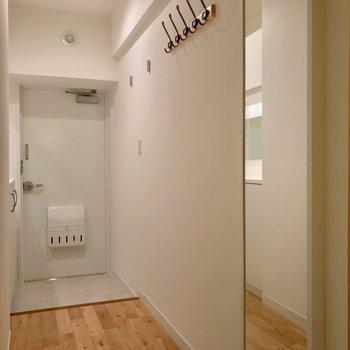廊下にも姿見やフックが設置されています。(※写真は5階の反転間取り別部屋のものです)