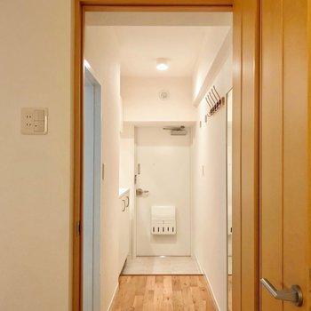 サニタリーの設備は廊下側に。(※写真は5階の反転間取り別部屋のものです)