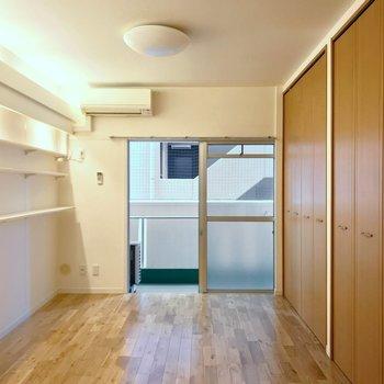 洋室は6帖の広さ。窓と垂直にベッドを置きましょう。(※写真は5階の反転間取り別部屋のものです)