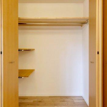 左側にも棚が。バッグなどが多い方も安心ですね。(※写真は5階の反転間取り別部屋のものです)