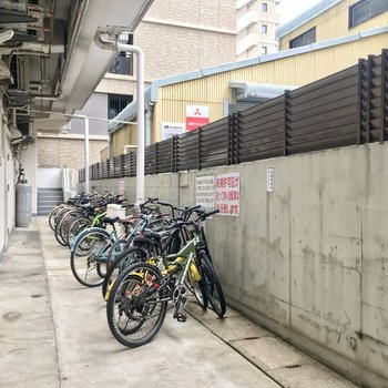 駐輪場は半分だけ屋根つき。奥まっているので防犯面も安心かな。