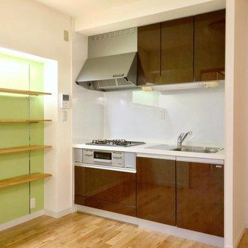 キッチンも交換されていてきれい。冷蔵庫はシンク側に置けますよ。(※写真は5階の反転間取り別部屋のものです)
