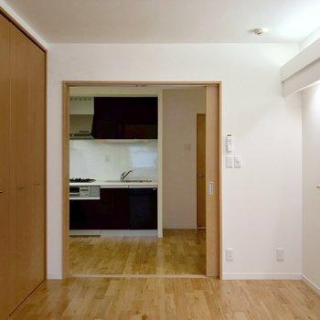 引き戸を開けてワンルームとして使うのもおすすめです。(※写真は5階の反転間取り別部屋のものです)