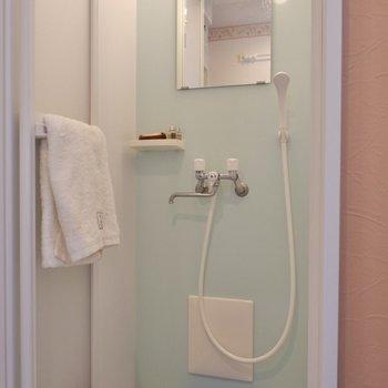 シャワールームです。水色が爽やか。
