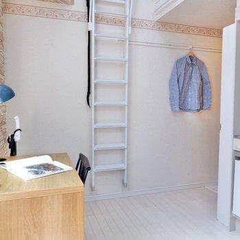 木目調や白など、ナチュラルな家具がよく似合います。