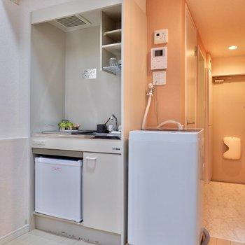 キッチンにはミニ冷蔵庫が備え付けられています。