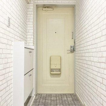 玄関前を突っ張り棒とカーテンで仕切ってもいいな。