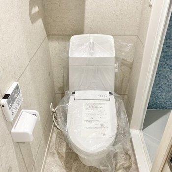 では、サニタリーへ。トイレのコンクリート風クロスが無機質でお洒落◯
