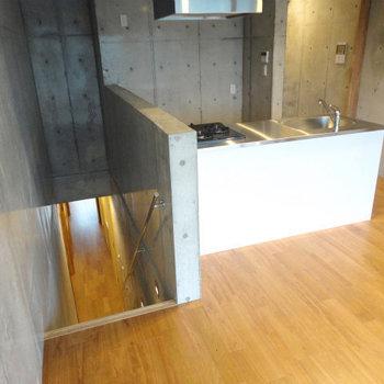 2階に降りてもうワンフロア ※写真は5階の同間取り別部屋のものです