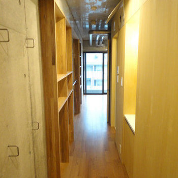 通路部分に収納と水周りがまとまっています。 ※写真は5階の同間取り別部屋のものです