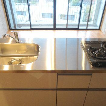 カウンターキッチン。景色をみながら料理ができる。 ※写真は5階の同間取り別部屋のものです