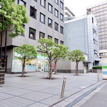 建物のすぐ横にコンビニがあり、とっても便利です。