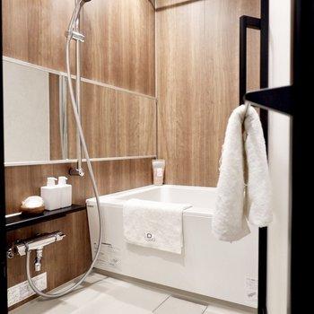 ワイドな鏡付きのエレガントな浴室。
