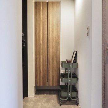 玄関はタタキ部分が広く、ワゴンやラックを置いておけます。