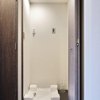 扉で目隠しできる洗濯機置き場がありました。