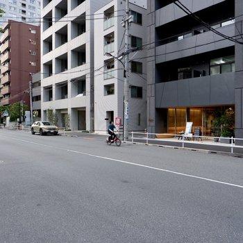大きな通り沿いでわかりやすい立地ですね。