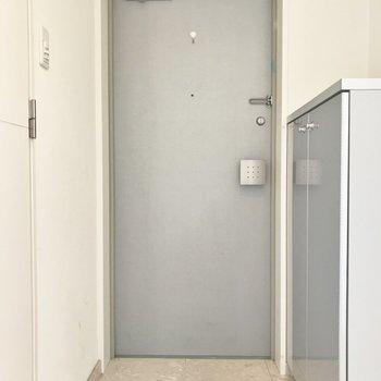 玄関もスタイリッシュ(※写真は7階の同間取り別部屋のものです)