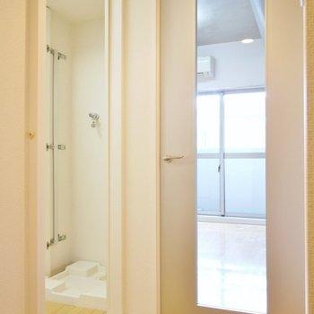 玄関を開けるとこの景色!クリアな扉なので洋室は掃除を心がけたいところ(※写真は3階の同間取り別部屋のものです)