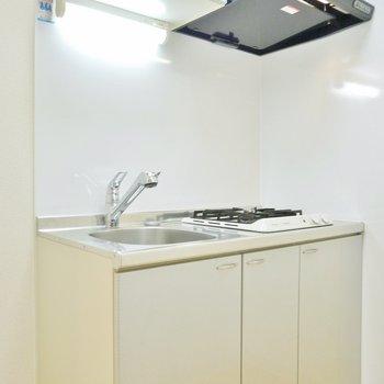 キッチンも狭めかな。冷蔵庫置き場はありますよ(※写真は3階の同間取り別部屋のものです)