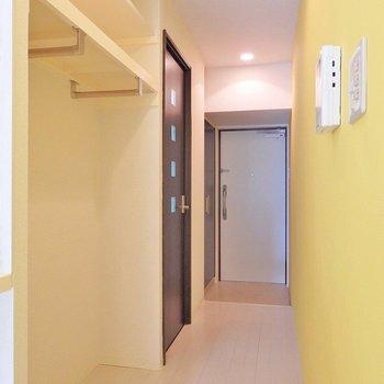 廊下に沿って、オープンクローゼット。(※写真は4階の同間取り別部屋のものです)