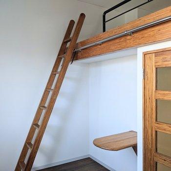 はしごを使ってロフトへ上がります。
