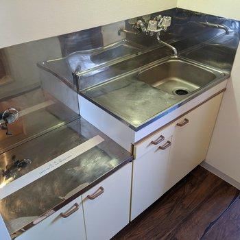 キッチンはシンプル。コンロは持ち込みましょう〜。