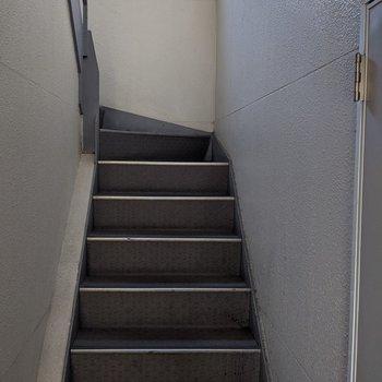 階段を上ってお部屋へ向かいます。