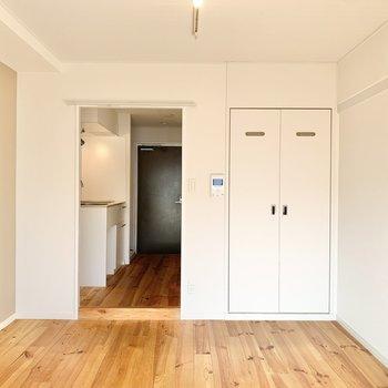 キッチンと洋室の境にカーテンレールが付いています。お好みのカーテンを選んで付けても良いですね。※写真は前回募集時、反転間取り別部屋のもの