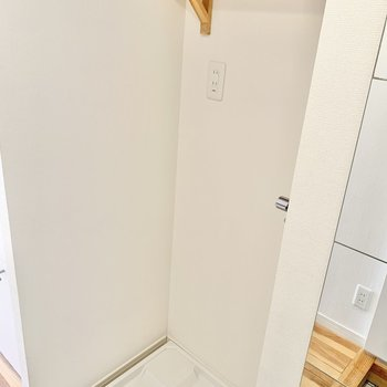 玄関横に洗濯機置き場があります。※写真は前回募集時、反転間取り別部屋のもの