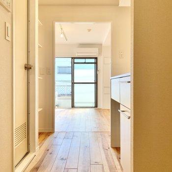 玄関を開けると、優しい雰囲気の空間が迎えてくれます。※写真は前回募集時、反転間取り別部屋のもの