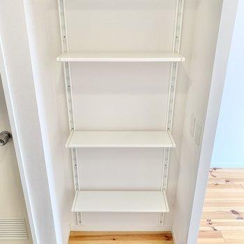 キッチン後ろに棚がありました。棚の高さは変えられますよ。※写真は前回募集時、反転間取り別部屋のもの