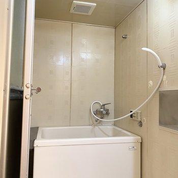 今までの内装をそのまま活かしたレトロな浴室。
