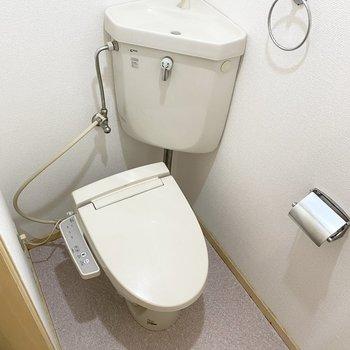 セパレートタンクタイプのトイレ。温水洗浄便座付きは嬉しい設備ですね。