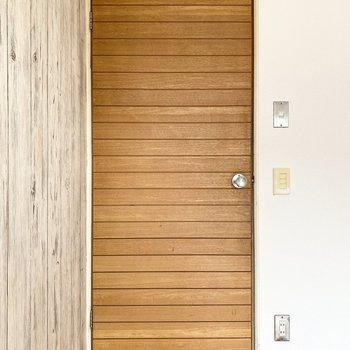 【DK】ドアもウッド調が個性的〜。