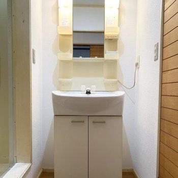 スリムなデザインの洗面台で、身嗜みもしっかりと。