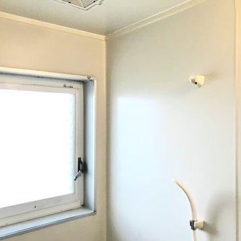 ですが小窓と換気扇付き!