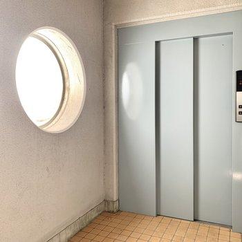 丸い窓が印象的なエレベーターホール