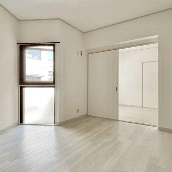 【洋室②】ポコっと出たところには窓。お部屋全体で風通しがいいです◎