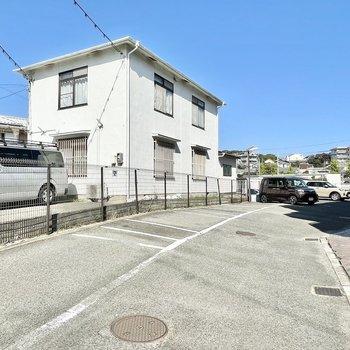 マンションの敷地内には駐車場もあります。