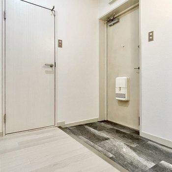 玄関も広さがあり、大きめのシューズボックスも置けそう。