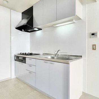 淡いブルーカラーのキッチン。