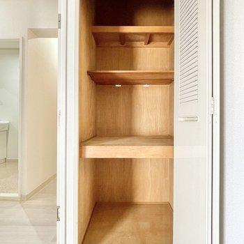 【洋室②】収納ボックスを使って細かく収納すると良さそう。