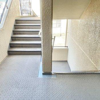 【共用部】エレベーターは無く、お部屋まではこちらの階段で。