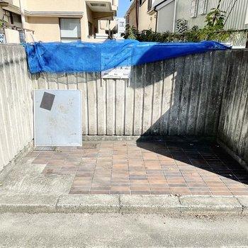 【共用部】ゴミ捨て場はマンションの横手に。