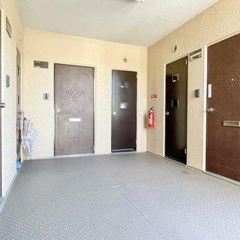 【共用部】各フロアに3部屋ずつ。今回のお部屋は真ん中です。