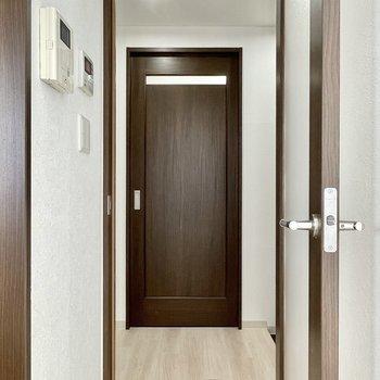 廊下のサニタリーへ。目の前のドアは、